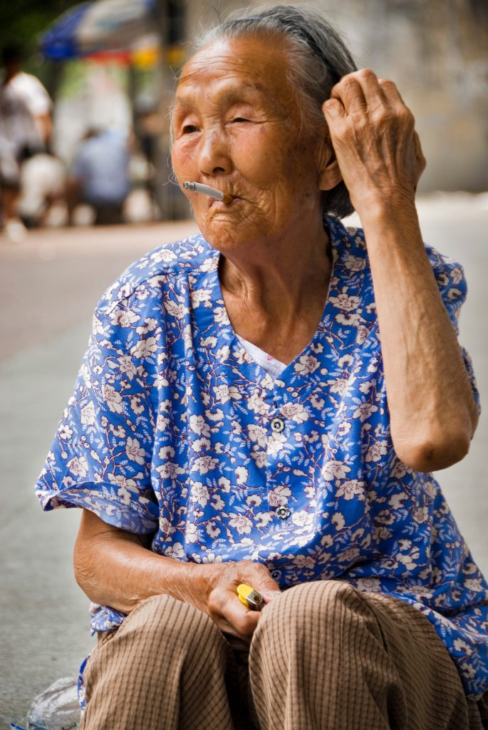 Chinese woman smoking (Photo by Jorge Fernández Garcés)
